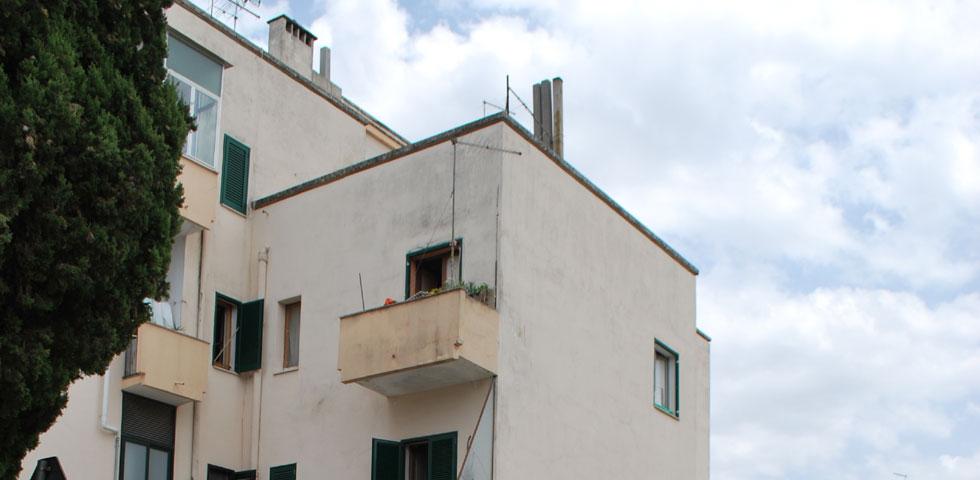 Appesa al cornicione a dieci metri di altezza 12enne salvata da agente eroe corriere salentino - Cornicione casa ...