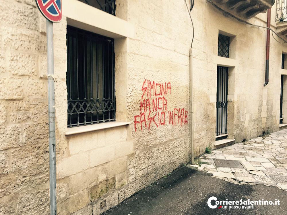 Fascio infame nuove intimidazioni sui muri della casa - Scritte muri casa ...
