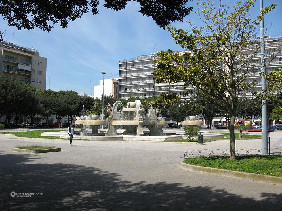 Lecce fa il bagno nella fontana di piazza mazzini - Fare il bagno in inglese ...
