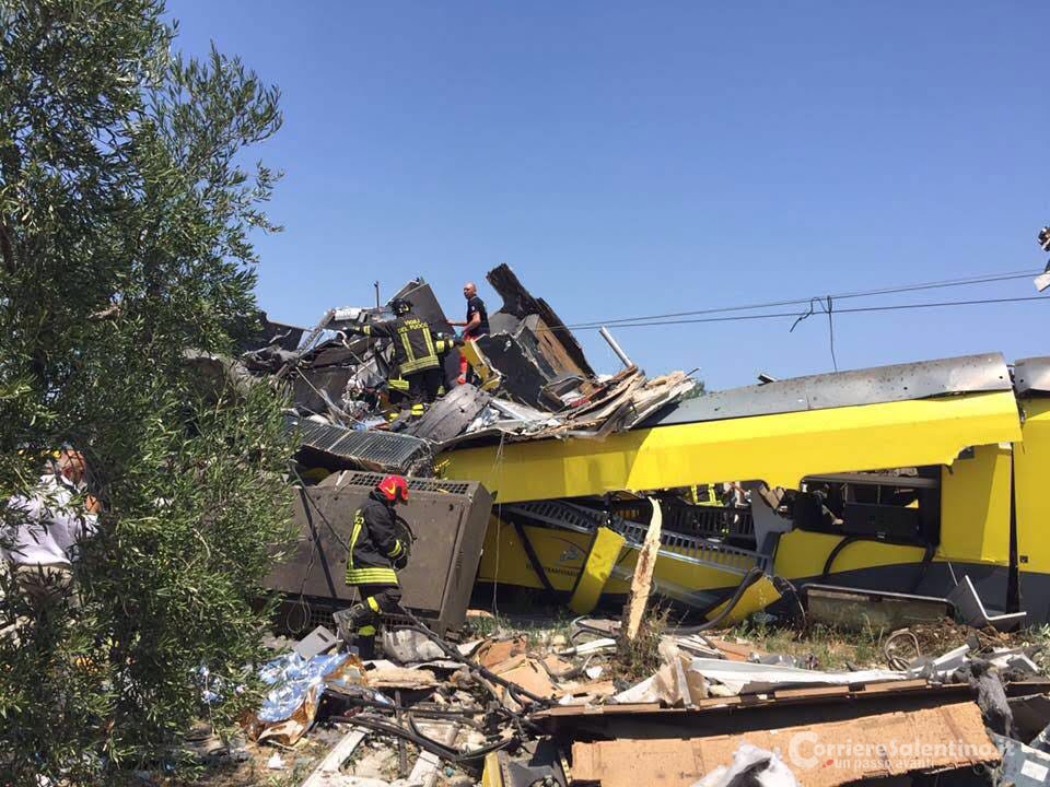 Scontro tra treni in Puglia: aggiornamenti, foto e video