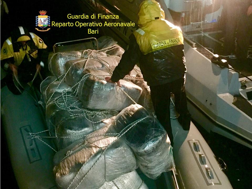 Bloccato un gommone con 730 chili di droga: 2 arresti