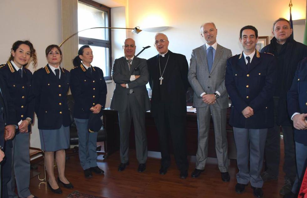 Visita in questura per il vescovo di lecce corriere for Questura di lecce permesso di soggiorno