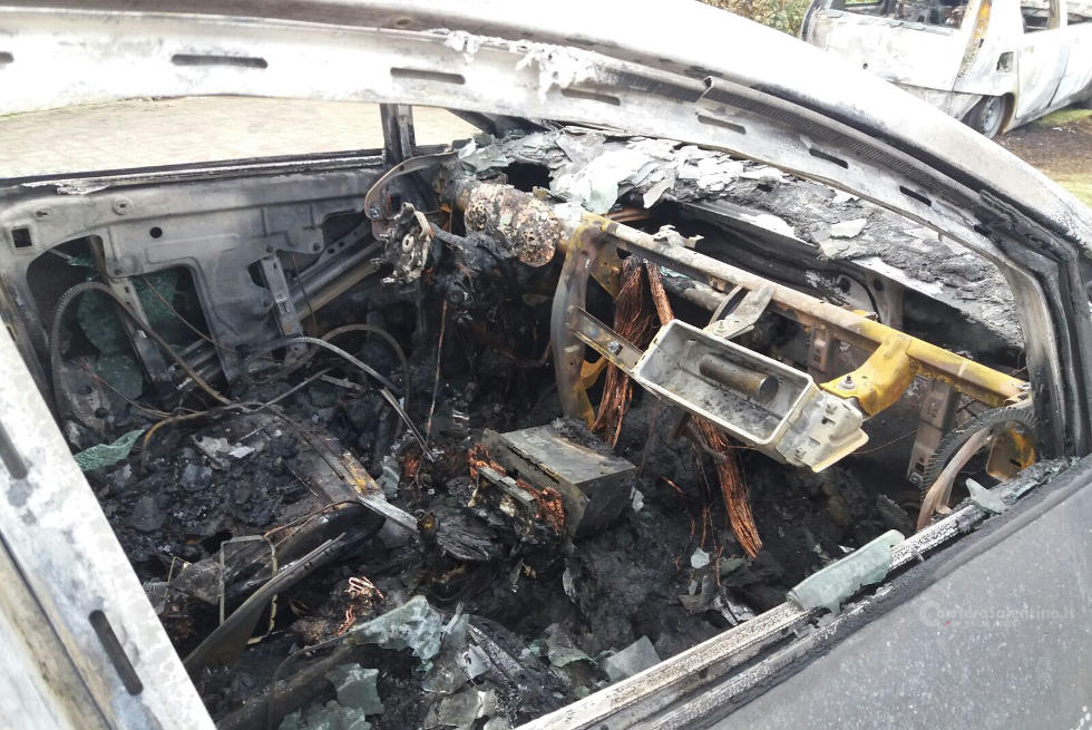 Attentato incendiario: a fuoco le auto del vicesindaco di Taviano