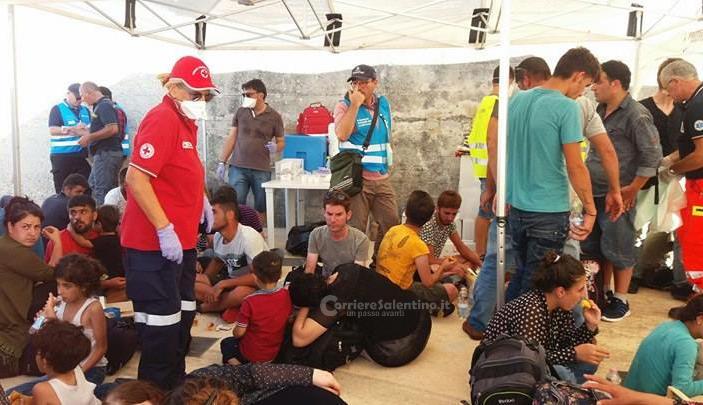 Ottantacinque migranti sbarcati in barca a vela a Santa Maria di Leuca