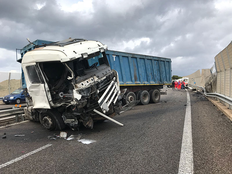 Scontro tir-ambulanza,2 morti e 3 feriti