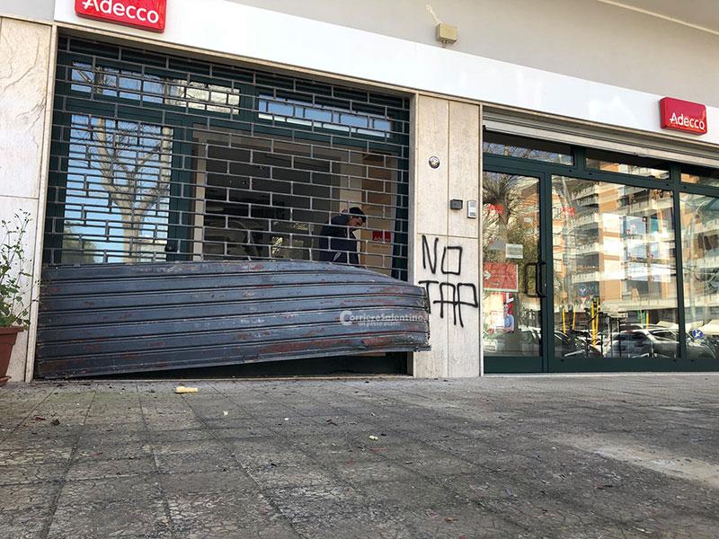 Bomba carta nella sede di Adecco, sui muri la scritta