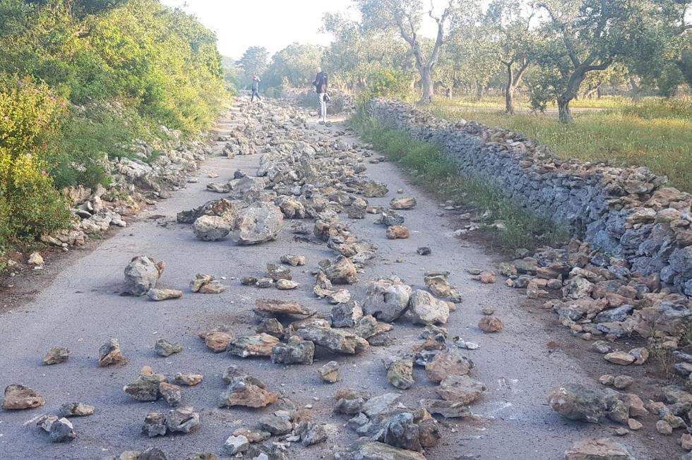 Tap: rogo pneumatici e pietre su strada, bloccato il cantiere